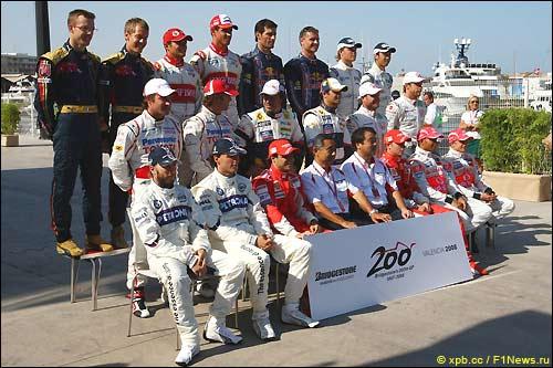 Гонщики чемпионата на юбилейной фотографии Bridgestone в Валенсии