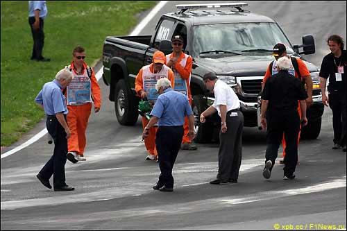 Представители FIA проверяют состояние трассы перед стартом Гран При Канады