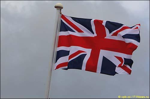 Флаг Великобритании над Сильверстоуном