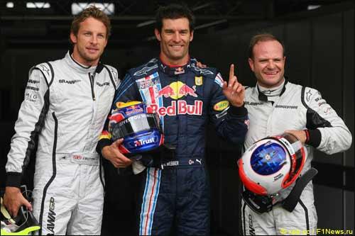 Победитель квалификации Марк Уэббер (в центре) в окружении гонщиков Brawn GP