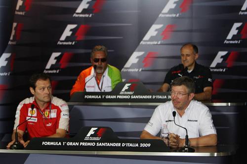 Слева направо: (первый ряд) Альдо Коста, Росс Браун. (второй ряд) Виджей Малья, Франц Тост.