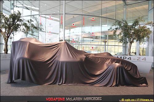McLaren MP4-24 до начала официальной церемонии