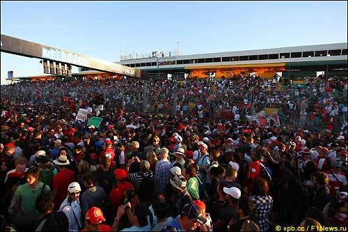 Толпа болельщиков на трассе в Альберт-парке после финиша гонки