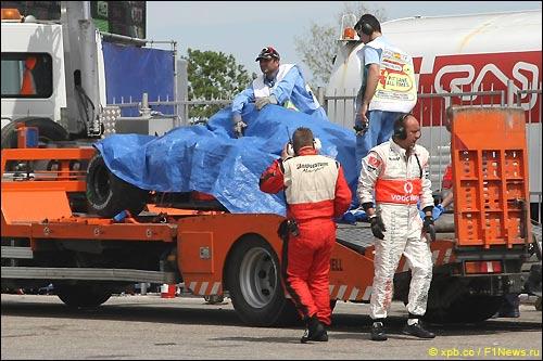 Эвакуация McLaren Ковалайнена после аварии в девятом повороте