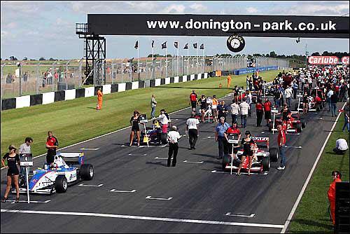 Стартовое поле Формулы 2 в Донингтон-парке
