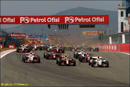 Виталий Петров лидирует на старте гонки GP2 в Турции