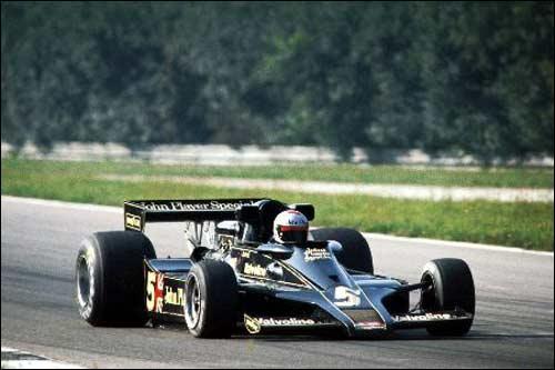 Победитель Гран При Италии 1977 года Марио Андретти