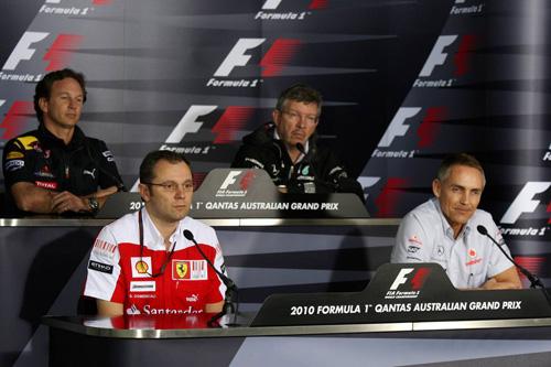 Слева направо: (первый ряд) Стефано Доменикали, Мартин Уитмарш. (второй ряд) Кристиан Хорнер, Росс Браун
