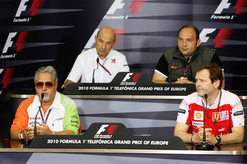 Слева направо: (первый ряд) Виджей Малья, Альдо Коста. (второй ряд) Петер Заубер, Колин Коллес