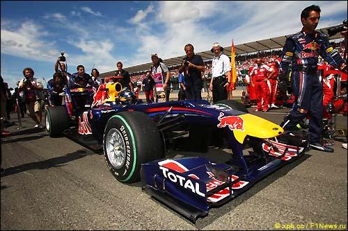 Стартовое поле Гран При Великобритании 2010. Себастьян Феттель