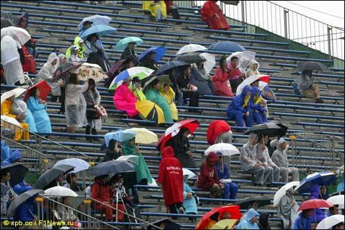 Субботний дождь напугал пилотов - но не зрителей