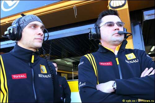 Виталий Петров и руководитель Renault F1 Эрик Буйе