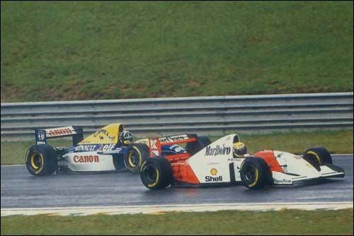 Айртон Сенна опережает Дэймона Хилла в споре за победу в Гран При Бразилии 1993 года