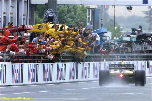 Команда Jordan приветствует победу своего гонщика Хайнца-Харальда Френтцена на Гран При Франции 1999 года