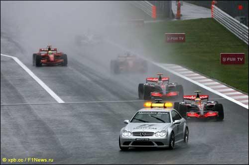 Начало Гран При Японии 2007 года - гонщики следуют за машиной безопасности