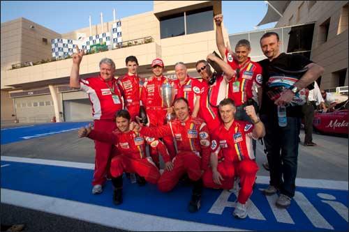 Команда Qi-Meritus радуется победе своего гонщика Луки Филиппи в Бахрейне