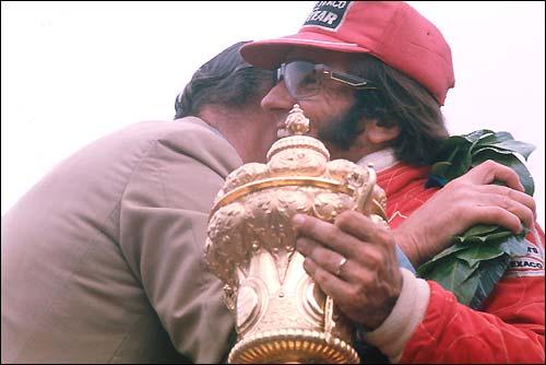 Эмерсон Фиттипальди на подиуме Гран При Великобритании'75