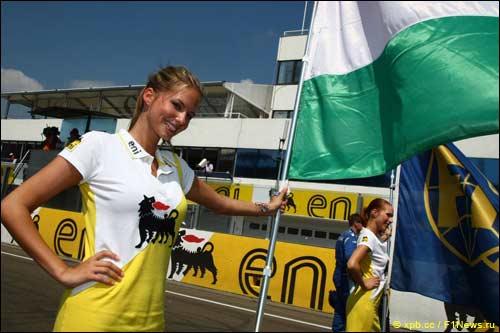 Девушка на стартовом поле Гран При Венгрии
