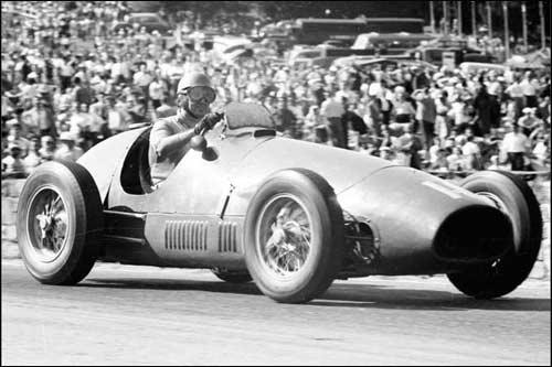 Победитель Гран При Бельгии 1953 года Альберто Аскари