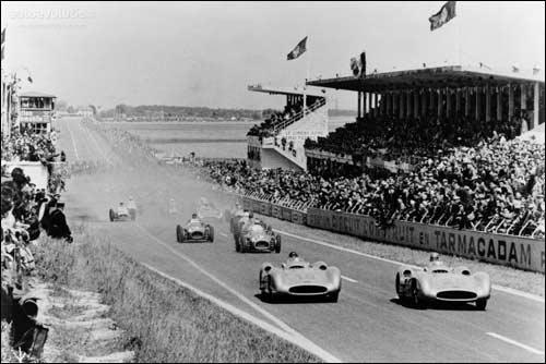 Пилоты Mercedes с самого старта умчались от преследователей на Гран При Франции 1954 года