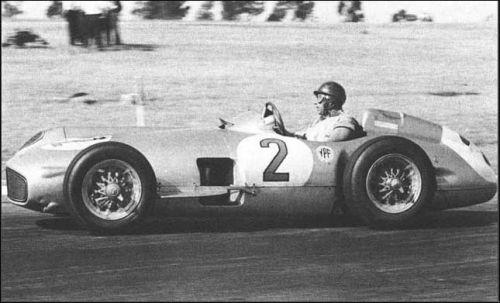 Победитель Гран При Аргентины 1955 года Хуан Мануэль Фанхио