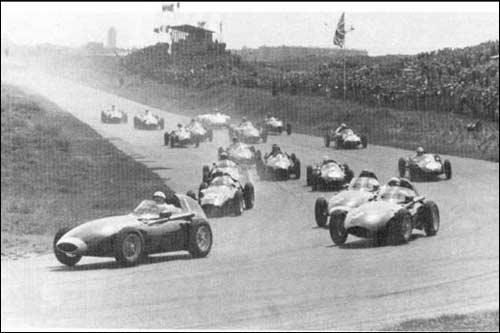 Стирлинг Мосс лидирует в первом повороте Гран При Голландии 1958 года
