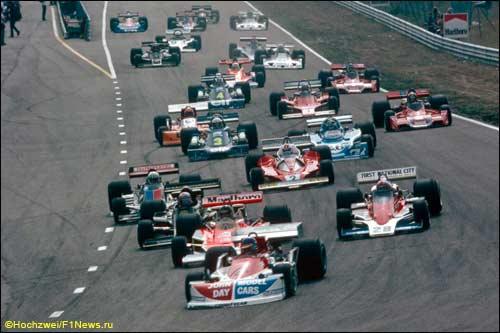 Ронни Петерсон лидирует на старте Гран При Голландии 1976 года. Следом - Джеймс Хант и Джон Уотсон
