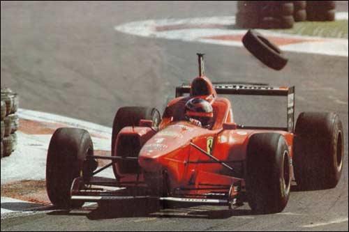Квинтэссенция Гран При Италии 1996 года - победитель гонки Михаэль Шумахер и скачущие по трассе шины