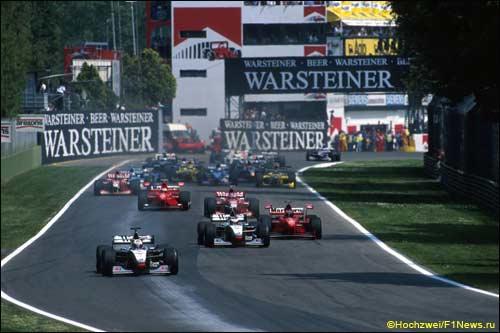 Дэвид Култхард лидирует на старте Гран При Сан-Марино 1998 года