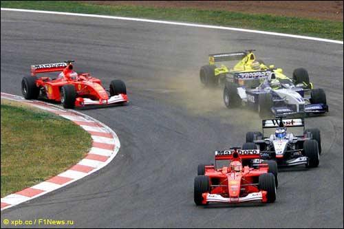 Михаэль Шумахер лидирует в первом повороте Гран При Испании 2001 года...
