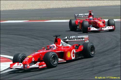 Победитель Гран При Европы 2002 года Рубенс Баррикелло и серебряный призер гонки Михаэль Шумахер