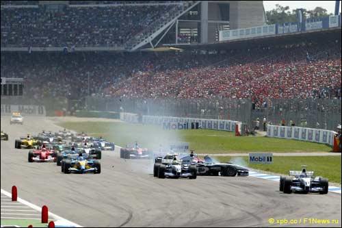 Хаун Пабло Монтояй лидирует на старте Гран При Германии 2003 года. За его спиной столкнулись Рубенс Баррикелло, Ральф Шумахер и
