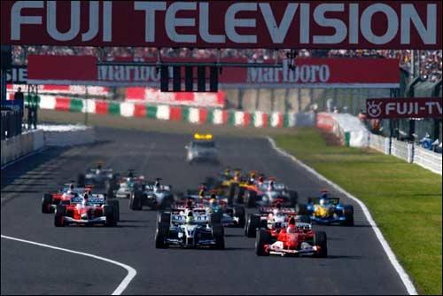 Михаэль Шумахер лидирует на старте Гран При Японии 2004 года