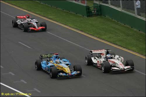 Фернандо Алонсо опережает Дженсона Баттона в споре за победу в Гран При Австралии 2006 года