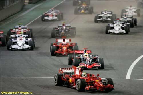 Фелипе Масса лидирует на старте Гран При Сингапура 2008 года