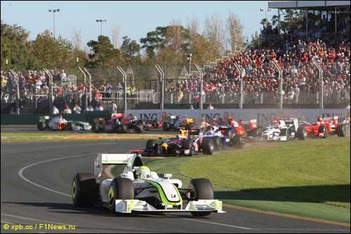 Будущий победитель Дженсон Баттон лидирует на старте Гран При Австралии 2009 года