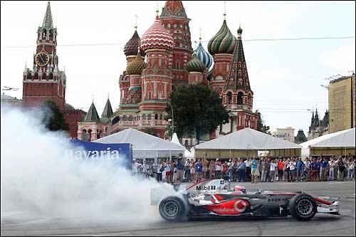 Дженсон Баттон за рулем McLaren во время Moscow City Racing 2010