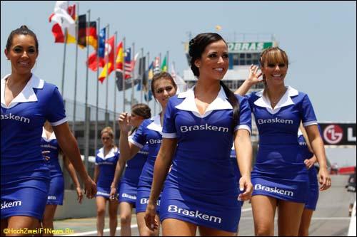 Девушки на стартовом поле Гран При Бразилии