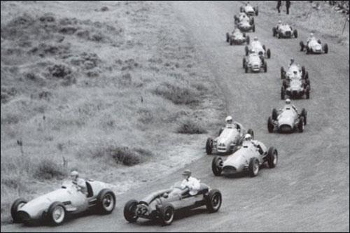 Старт Гран При Голландии 1952 года. Майк Хоторн пытается навязать борьбу Альберто Аскари