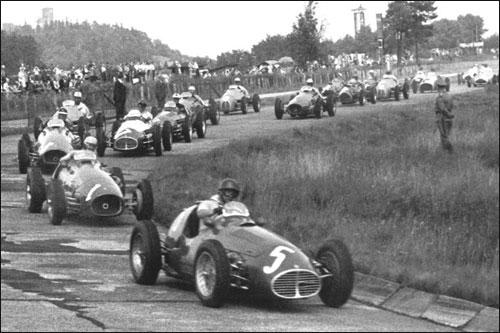 Хуан-Мануэль Фанхио лидирует на старте Гран При Германии 1953 года, его преследует Альберто Аскари
