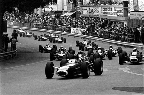 Uh'v Хилл лидирует на старте Гран При Монако 1965 года