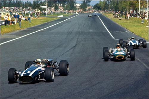 Победитель Гран При Мексики 1966 года Джон Сёртиз опережает на трассе Джека Брэбэма и Дэнни Хьюма
