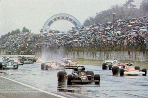 Старт Гран При Японии 1976 года. Впереди - Lotus Марио Андретти и McLaren Джеймса Ханта