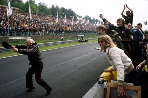 Колин Чемпен приветствует победный дубль своих пилотов на Гран при Бельгии 1978 года