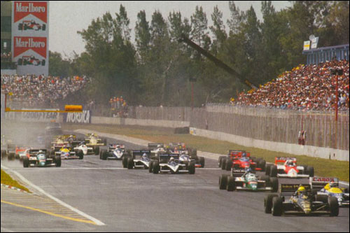 Айртон Сенна лидирует на первых метрах Гран При Мексики 1986 года