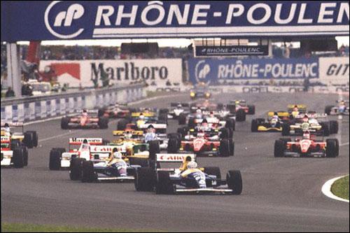 Риккардо Патрезе лидирует на старте Гран При Франции 1992 года