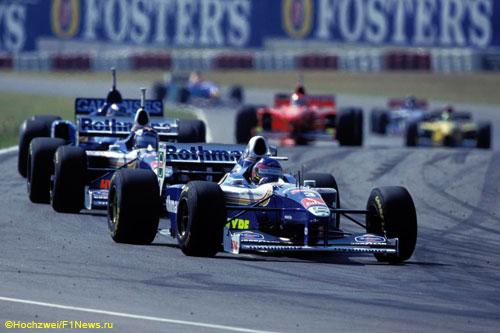 Будущий победитель Жак Вильнёв лидирует на стартовом отрезке Гран При Аргенитины 1997 года