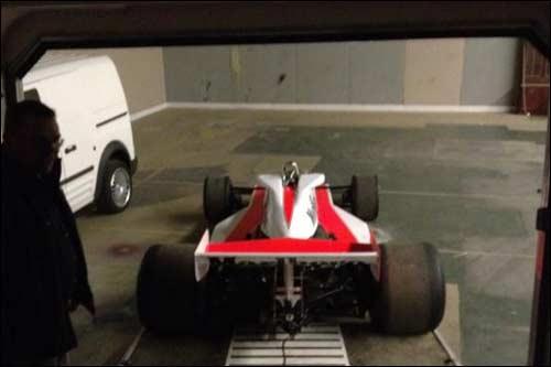 Технический момент накануне съемок: машина, напоминающая McLaren M23B образца 1976 года, выгружается из трейлера