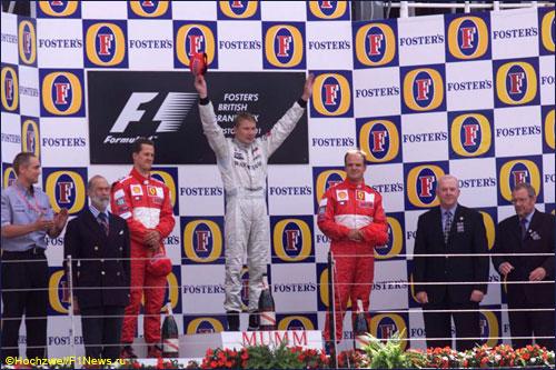 Мика Хаккинен и пилоты Ferrari на подиуме Гран При Великобритании 2001 года