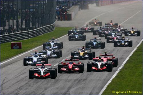 Фернандо Алонсо лидирует на старте Гран При Италии 2007 года